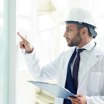 ingeniero hace control de calidad en greentechno