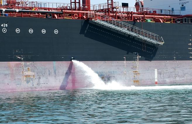 barco vaciando aguas de lastre